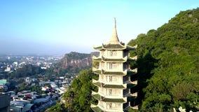 Movimiento aéreo a la pagoda entre selva tropical profunda cerca de la ciudad metrajes