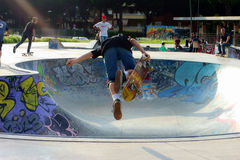 Movimiento aéreo que anda en monopatín del muchacho del skater imagenes de archivo