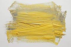 Movimiento amarillo del cepillo de la acuarela sobre el fondo blanco fotografía de archivo