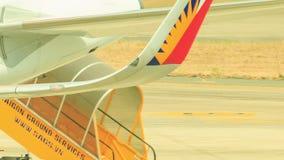 Movimiento automotor de los pasos del pasajero del primer a lo largo del campo de aviación almacen de video