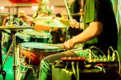 Movimiento borroso de las manos del batería con palillos en sus manos a jugar en sistema del tambor en etapa imagen de archivo libre de regalías