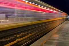 Movimiento borroso del tren imagenes de archivo