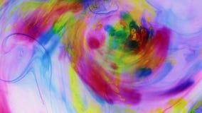 Movimiento caótico de la pintura coloreada en agua Aproximación, enfoque almacen de metraje de vídeo