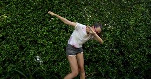 Movimiento casual de la danza del lenguado de la demostración de la muchacha en la calle metrajes