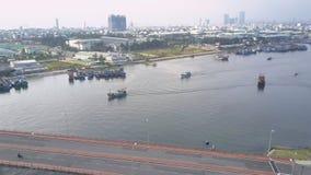 Movimiento cercano sobre el puente grande de la carretera y los barcos que apresuran almacen de metraje de vídeo
