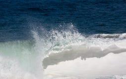 Movimiento congelado de la onda grande en la playa Foto de archivo libre de regalías