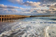 Movimiento de acero del embarcadero, del cielo y del agua Foto de archivo