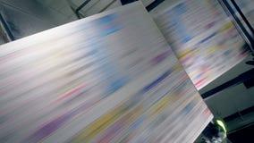 Movimiento de alta velocidad del rollo impreso del periódico almacen de video