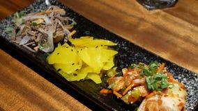 Movimiento de aperitivos en la tabla dentro del restaurante japonés almacen de metraje de vídeo