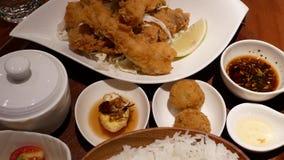 Movimiento de aperitivos y de la verdura en la tabla dentro del restaurante chino metrajes