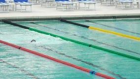 Movimiento de arrastre de la natación del atleta en piscina, entrenamiento antes de la competencia, deportes acuáticos almacen de metraje de vídeo