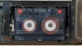 Movimiento de carretes con la cinta magnética en un casete audio viejo metrajes
