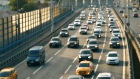 Movimiento de coches con las luces encendido metrajes