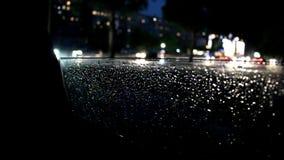 Movimiento de coches a lo largo del borde del vidrio