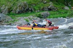 Movimiento de cuatro turistas del agua en el río rápido Fotografía de archivo libre de regalías