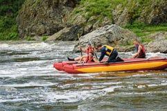 Movimiento de cuatro turistas del agua en el río rápido Fotos de archivo