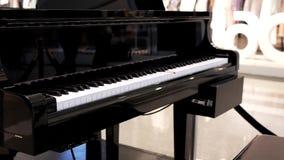 Movimiento de jugar auto del piano con hacer compras de la gente de la falta de definición metrajes