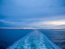Movimiento de la agua de mar de la navegación de la nave, luz de la puesta del sol Fotos de archivo libres de regalías