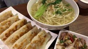 Movimiento de la bola de masa hervida y de aperitivos fritos en la tabla dentro del restaurante chino almacen de video