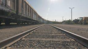 Movimiento de la cámara entre las vías del tren con los carros metrajes
