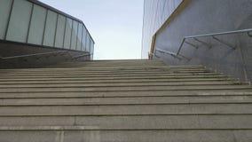 Movimiento de la cámara a lo largo de las escaleras para arriba almacen de metraje de vídeo