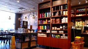 Movimiento de la cafetería de Starbucks con el artículo de la exhibición