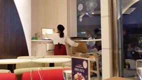 Movimiento de la camarera que toma la pedido para el cliente en el ordenador dentro del restaurante