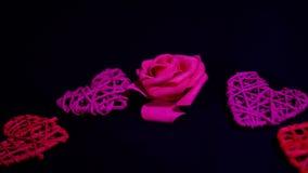 Movimiento de la cantidad del corazón de la rosa y de la decoración Día de tarjeta del día de San Valentín almacen de metraje de vídeo