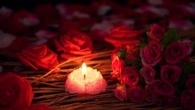 Movimiento de la cantidad de los pétalos de la flor, de la rosa y de la quema de la vela Día de tarjeta del día de San Valentín almacen de metraje de vídeo
