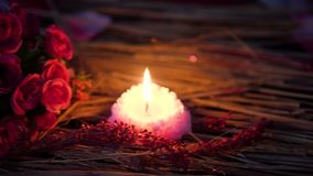 Movimiento de la cantidad de la quema del ramo y de la vela de la flor de la tarjeta del día de San Valentín de la decoración