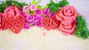 Movimiento de la cantidad de la rosa de la flor y de la tarjeta del día de San Valentín de la decoración