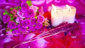Movimiento de la cantidad de rosas rosadas, de la quema de la vela y de la tarjeta del día de San Valentín de la decoración almacen de metraje de vídeo