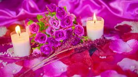 Movimiento de la cantidad de la tarjeta del día de San Valentín de la decoración con la quema del ramo y de la vela