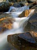 Movimiento de la cascada en las rocas Fotografía de archivo libre de regalías