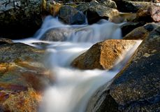 Movimiento de la cascada en las rocas Fotos de archivo