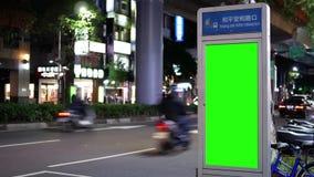 Movimiento de la circulación durante en noche con el tablero verde del tráfico de la pantalla metrajes