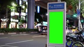 Movimiento de la circulación durante en noche con el tablero verde del tráfico de la pantalla almacen de metraje de vídeo