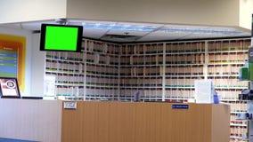 Movimiento de la clínica óptica por completo de informes médicos pacientes en el estante con el screnn verde TV almacen de metraje de vídeo