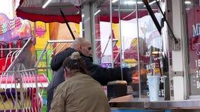 Movimiento de la comida de compra de la gente en el carnaval almacen de video