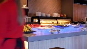 Movimiento de la comida de la exhibición para el cliente dentro del restaurante chino