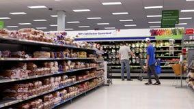 Movimiento de la comida que hace compras de la gente almacen de metraje de vídeo