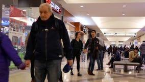 Movimiento de la comida que hace compras y de compra de la gente metrajes