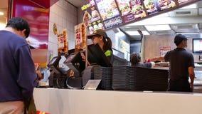 Movimiento de la comida que ordena de la gente en el contador del pago y envío almacen de metraje de vídeo