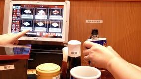 Movimiento de la comida que ordena de la gente en el ipad y tener agua caliente almacen de metraje de vídeo