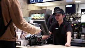 Movimiento de la comida que ordena y de pagar de la gente la tarjeta de crédito