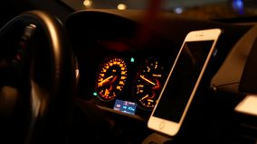 Movimiento de la conducción de automóviles y de centrarse en tablero de instrumentos del coche en la noche