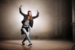 Movimiento de la danza del blonde que intenta caucásico al aire libre Imagen de archivo