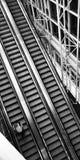 Movimiento de la escalera móvil de la arquitectura del aeropuerto Foto de archivo libre de regalías