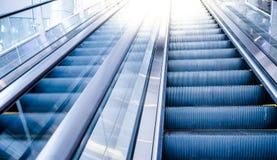 Movimiento de la escalera móvil en alameda Imagen de archivo libre de regalías