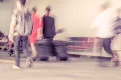 Movimiento de la falta de definición de los pasajeros que caminan en el aeropuerto Imagen de archivo